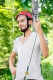 Катание человека на линии застежка-молнии стоковое фото