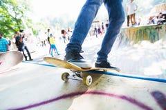 Катание человека на скейтборде Skatepark стоковые фотографии rf
