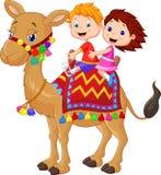 Катание шаржа маленького ребенка украсило верблюда Стоковые Изображения