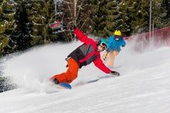 Катание Snowboarder в горах на солнечный зимний день Стоковые Изображения RF