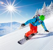 Катание snowboarder человека на наклоне стоковые изображения rf