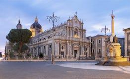 """Катания - базилика agata di Sant """"и гавань на заднем плане стоковые изображения"""