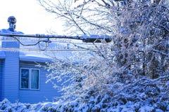 Катастрофа льда в холодной американской весне Плавя сосулька и понижаясь сияющие падения над замороженной предпосылкой района стоковая фотография