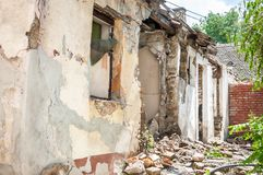 Катастрофа отавы после бедствия урагана или войны повредила и загубила свойство дома с кирпичами и треснутым гипсолитом стоковые фотографии rf