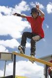 кататься на коньках агрессивныйого поручня действия встроенный Стоковые Фотографии RF