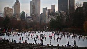 Кататься на коньках в Central Park - Нью-Йорке акции видеоматериалы