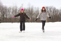 кататься на коньках девушки друзей Стоковое Изображение