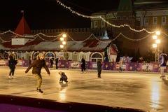 Кататься на коньках на катке на красной площади Стоковая Фотография