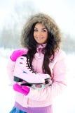 кататься на коньках льда девушки идя к Стоковые Изображения
