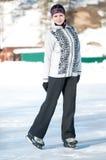Кататься на коньках льда. Женщина катаясь на коньках на льде Стоковые Фото