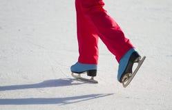 Кататься на коньках льда женщины outdoors Стоковое Изображение