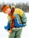 кататься на коньках льда мальчика идя Стоковая Фотография RF
