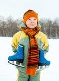 кататься на коньках льда мальчика идя Стоковое Фото