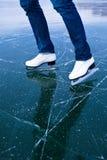 Кататься на коньках льда молодой женщины outdoors Стоковое Изображение RF