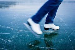 Кататься на коньках льда молодой женщины outdoors Стоковые Изображения