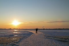 Кататься на коньках льда Нидерланды на заходе солнца Стоковые Изображения RF