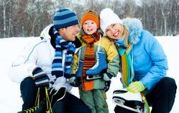 кататься на коньках льда семьи идя Стоковые Изображения