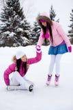 кататься на коньках льда 2 девушок Стоковая Фотография RF