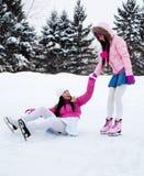 кататься на коньках льда 2 девушок Стоковые Фотографии RF