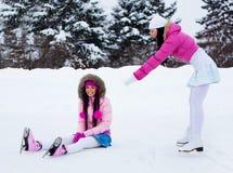 кататься на коньках льда 2 девушок Стоковое Фото