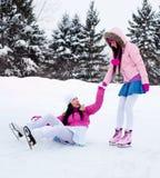 кататься на коньках льда 2 девушок Стоковые Фото