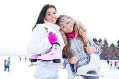 кататься на коньках льда 2 девушок Стоковые Изображения RF