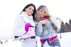 кататься на коньках льда 2 девушок Стоковое Изображение RF