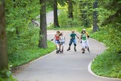 кататься на коньках людей парка стоковые изображения
