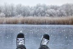 Кататься на коньках на озере стоковое фото