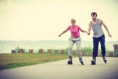 Кататься на коньках пар конькобежца ролика внешний Стоковая Фотография RF