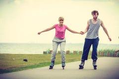 Кататься на коньках пар конькобежца ролика внешний Стоковые Фото