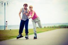 Кататься на коньках пар конькобежца ролика внешний Стоковые Фотографии RF
