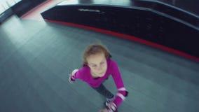 Кататься на коньках ролика ребенка в парке видеоматериал