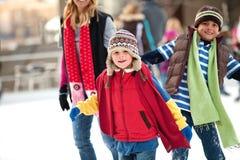 кататься на коньках семьи Стоковая Фотография