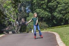 Кататься на коньках Rollerblade девушки стоковые фотографии rf
