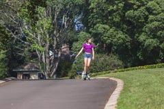 Кататься на коньках Rollerblade девушки стоковые фото