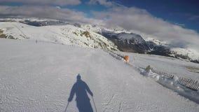 Кататься на лыжах в горах быстро Rolls вниз и тени понижается от его акции видеоматериалы