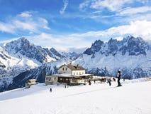 Кататься на лыжах в французском альп в виду Chamonix Aguilles Стоковая Фотография RF