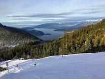 Кататься на лыжах на горе Cypress во время пика сезона зимы стоковое изображение rf