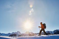 Кататься на лыжах на свежем снеге порошка стоковое фото rf