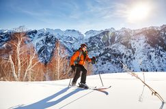 Кататься на лыжах на свежем снеге порошка стоковые фотографии rf