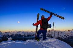Кататься на лыжах с изумительным взглядом швейцарских известных гор в красивом Стоковые Фотографии RF