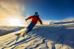 Кататься на лыжах с изумительным взглядом швейцарских известных гор в красивом Стоковые Изображения