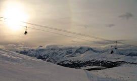 Кататься на лыжах в канадских скалистых горах стоковые изображения