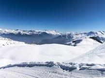 Кататься на лыжах в французских горных вершинах с много солнцем Стоковое Изображение RF