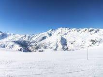 Кататься на лыжах в французских горных вершинах 3 стоковые изображения