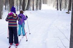 Кататься на лыжах девушек Стоковое Фото