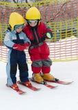 Кататься на лыжах детей Стоковые Изображения RF