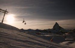 Кататься на лыжах на заходе солнца Стоковое Фото