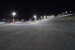 Кататься на лыжах на ноче Стоковые Фото